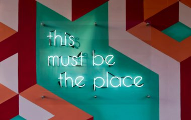"Grafisk bild med neontexten ""this must be the place"""